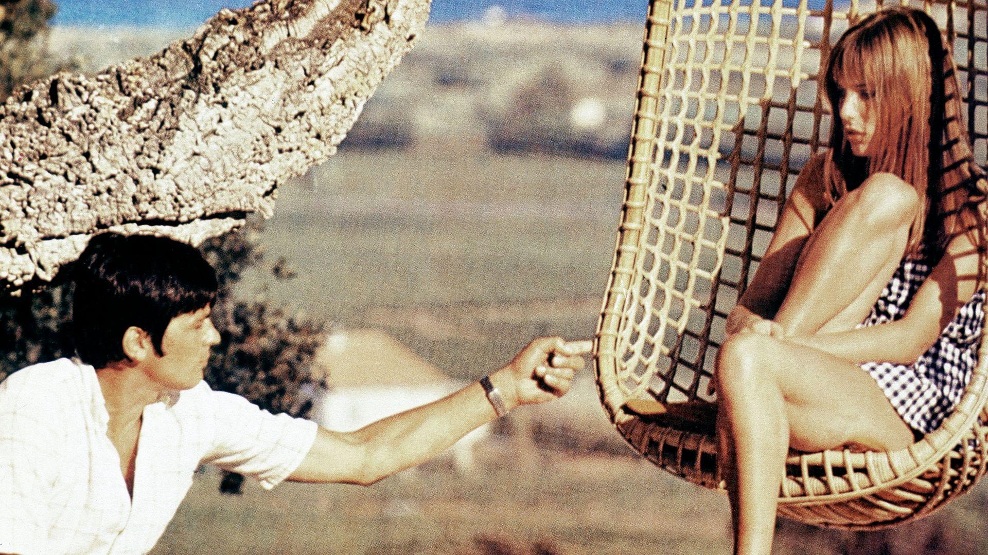 Alain Delon and Jane Birkin on the set of La Piscine (1969) - Credit: FilmPublicityArchive/United Arch