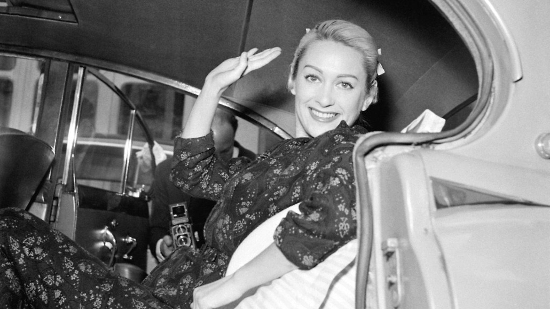 L'actrice Martine Carol quittant la clinique en voiture o� elle a suivi un traitement, � Paris, France le 25 juin 1957. (Photo by Keystone-France/Gamma-Rapho via Getty Images) - Credit: Gamma-Keystone via Getty Images