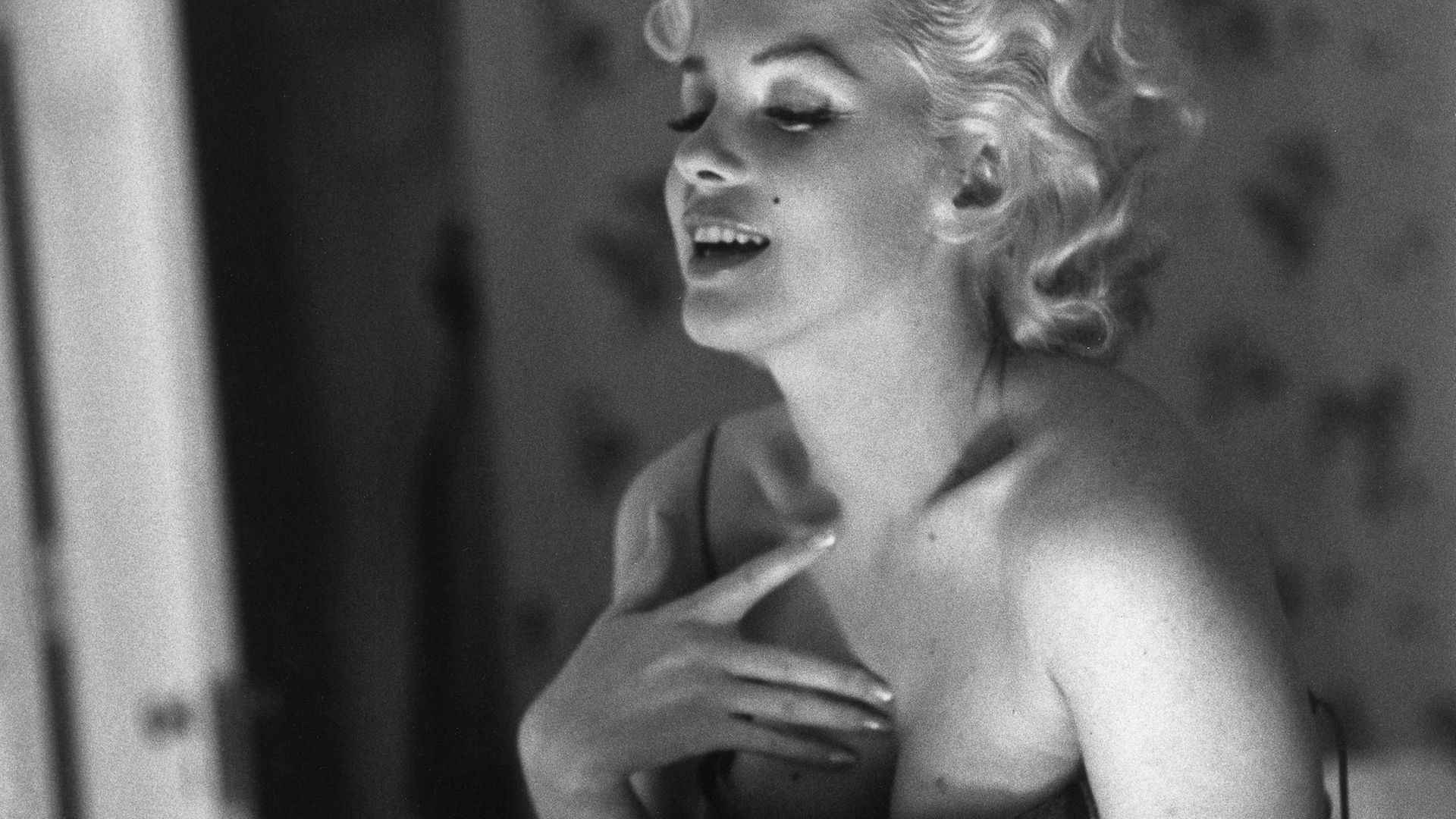 Marilyn Monroe applies her make-up and Chanel No. 5 perfume in 1955 - Credit: Ed Feingersh/Michael Ochs Archives/Getty