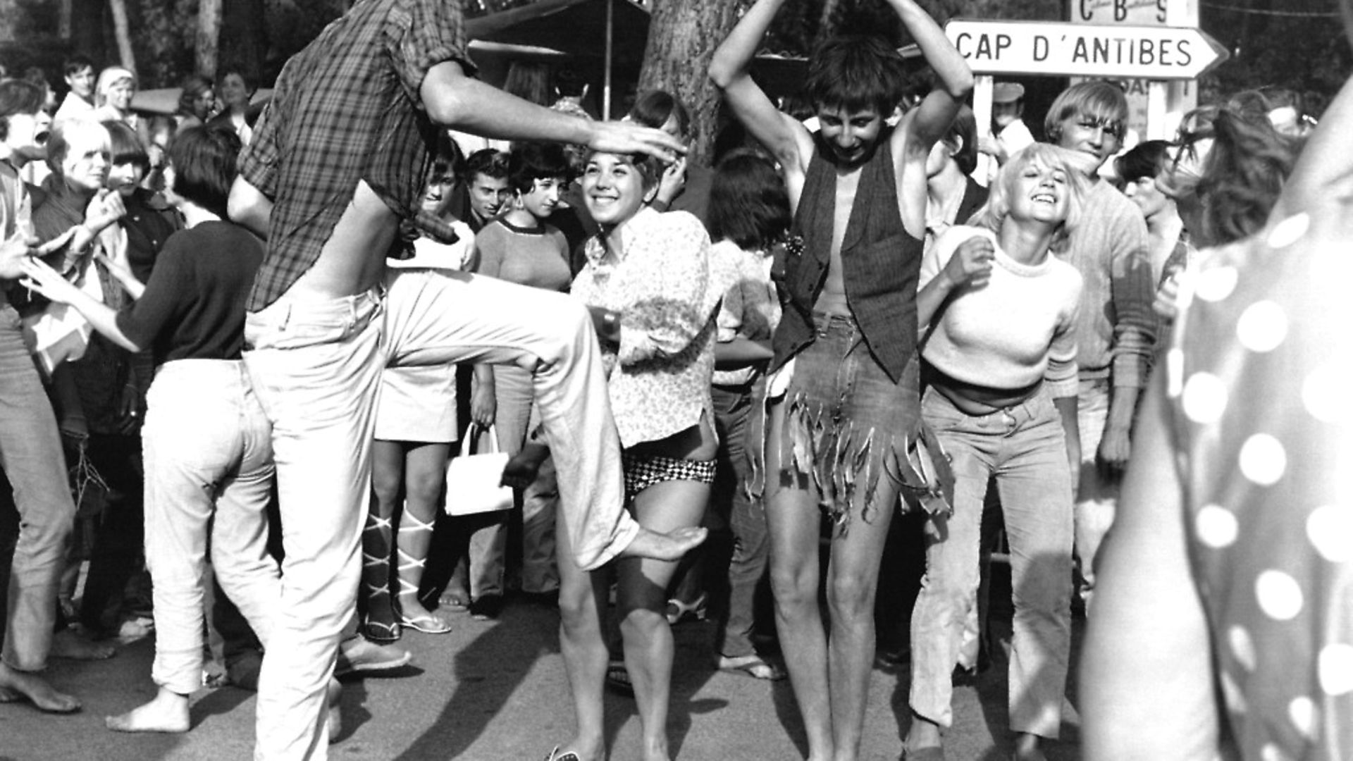 La jeunesse dansant le jerk dans les rues de Juan-les-Pins, France en 1966. Photo: Keystone-France/Gamma-Rapho via Getty Images) - Credit: Gamma-Keystone via Getty Images