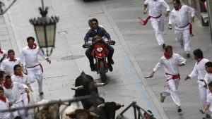 How Hollwyood sees Spain: Tom Cruise and Cameron Diaz dodge bulls and bullrunners during the filming of Knight & Day in Cadiz/ Photo: Cristina Quicle/AFP via Getty Images