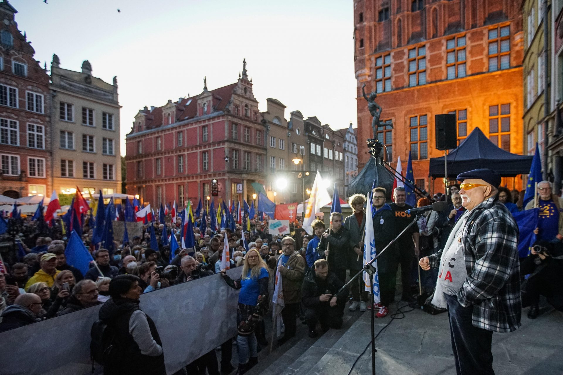Lech Walesa speaking to a Gdansk crowd carrying EU and Polish flags. Photo: Michal Fludra/NurPhoto via Getty Images